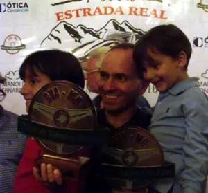 Com o filhos durante a premiação do Rally da Estrada Real
