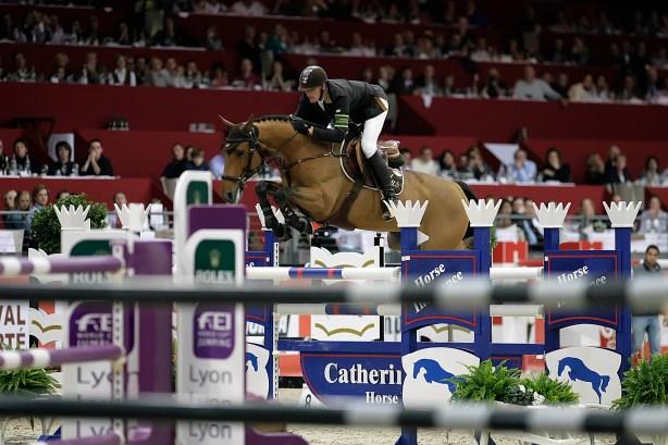 Lyon, le 31/10/10 - La cavalier français Kevin Staut dans le méandre des obstacles lors de la manche française de coupe du monde de jumping. Il finira sixième de l'épreuve. © Maxime Jegat