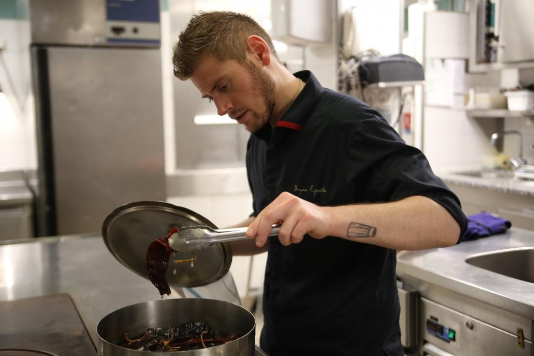Bryan Esposito en cuisine © M.C.