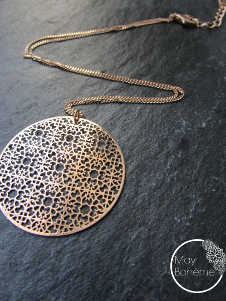 "Collier LEILAI ""MAY MOUCHARABIEH"" - Estampe ronde filigranée, chaîne fine, doré or fin rose"