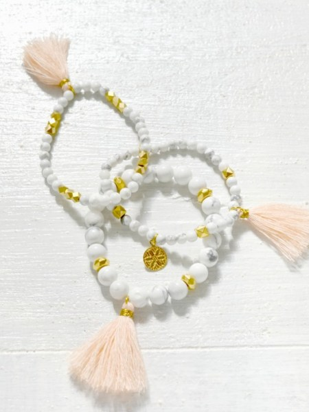 "BRACELET WHITE WOOLITE "" ARIZONA LOVE ""- Perles turquoise blanche effet marbre blanc, perles plaqué or, pompon rose quartz"
