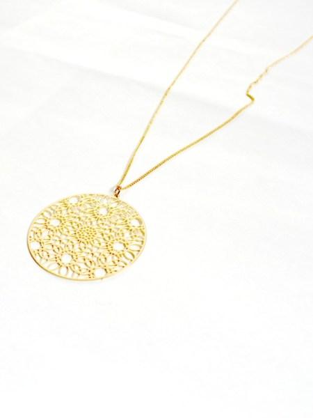 """Sautoir Khamari """"MAY MOUCHARABIEH"""" - Long sautoir sur chaîne fine dorée à l'or fin, pendentif filigrané"""