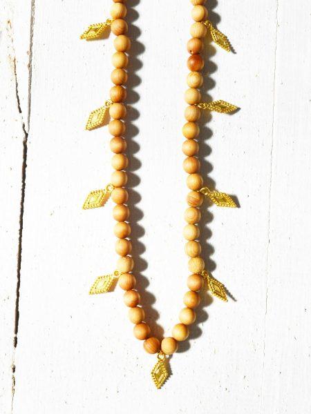 Sautoir Esmi SWEET SANTAL - Perles de santal médailles indiennes
