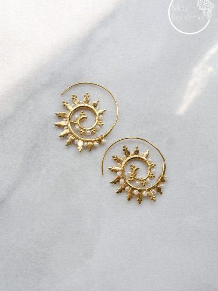 """Boucles d'oreilles Indiennes Shamy """"INDIAN MOOD"""" - Boucles d'oreilles volute ethnique plaqué or perles d'eau douce"""