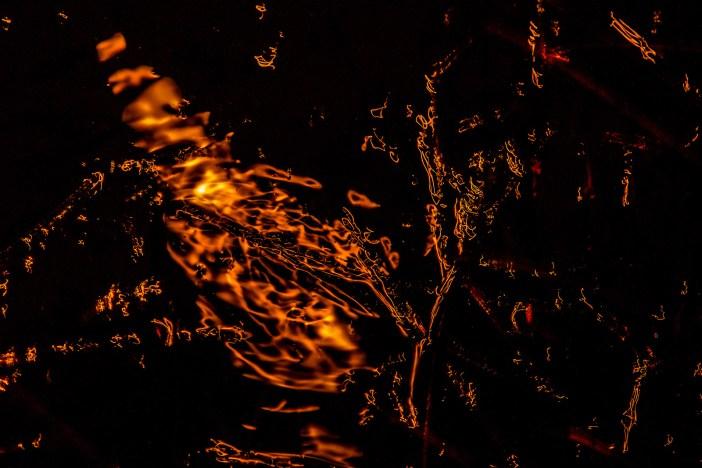 Tavacska felszínén megcsillanó holdfény