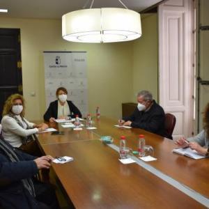 Reunidos en la mesa, al fondo la Consejera de Bienestar Social, Aurelia Sánchez, a su izquierda Ramón Munera, presidente de la Federación Territorial de Castilla-La Mancha UDP