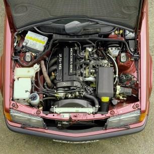 Mercedes-Benz 190 E 2.5-16 (1988 bis 1993) der Baureihe 201, Blick in den Motorraum. Mercedes-Benz 190 E 2.5-16 (1988 to 1993) of the 201 series, engine compartment.