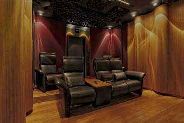View of the rear wall of the Wave Maxx home cinema, the ceiling loudspeakers provide an indication of the compability with Dolby Atmos, DTS-X and Auro 3D