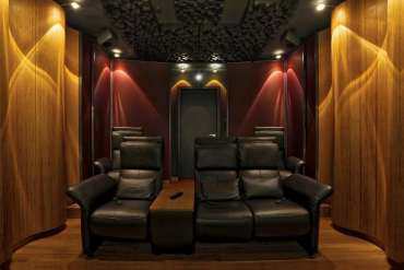 View of the rear wall of the Wave Maxx home cinema with wave-shaped reflectors, bass traps and diffusors