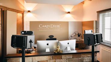 Carpe Diem Studio 3 Rückwand mit A115 Breitbandabsorber mit Logo, links oben ist die konstruktive Bassfalle im Anschnitt zu erkennen.