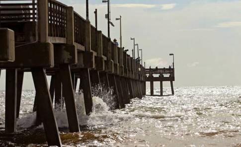 Un grupo de personas pescan en el muelle de Dania Beach, Florida, el sábado 31 de agosto de 2019. Se espera que el huracán Dorian permanezca justo frente a la costa de Florida y bordee la costa de Georgia, con la posibilidad de que toque tierra el miércoles, y luego continúe hacia Carolina del Sur el jueves.