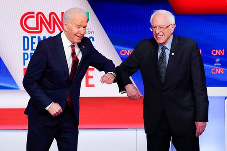 El ex vicepresidente Joe Biden y el senador Bernie #Sanders, se saludan antes de participar en un debate primario presidencial demócrata en CNN Studios en Washington, el domingo 15 de marzo de 2020.