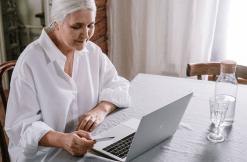 womn using laptop