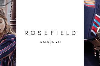 Eine Frau, die Rosefield Schmuck trägt, das Rosefield Markenlogo rechts davon und eine Rosefield Uhr.