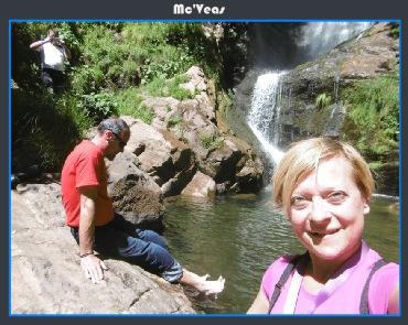 refrescandose en la cascada de Lumajo