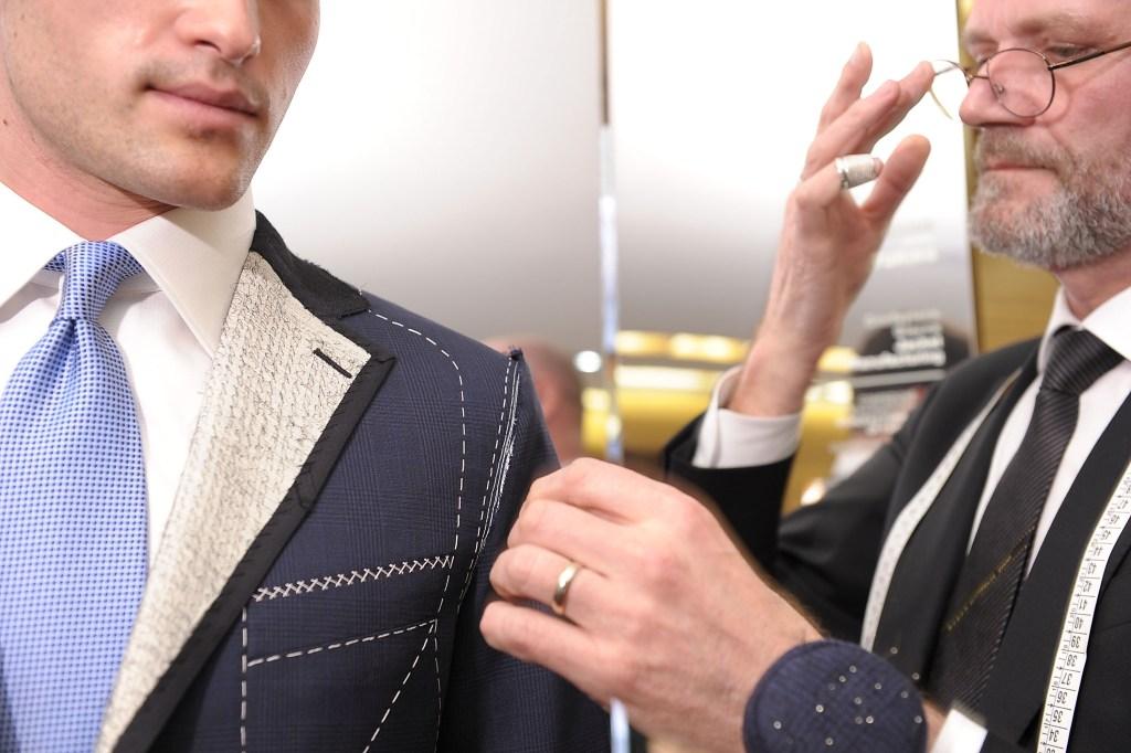 M&D Mode Geldrop vermaakt kleding in de meest brede zin van het woord. Kledingreparatie en kleding vermaken is onze specialisatie en met ruim 20 jaar ervaring bent u aan het juiste adres voor al uw reparatie en stomen in Geldrop. Voor elk probleem dat u heeft met kleding kunnen wij een oplossing vinden.