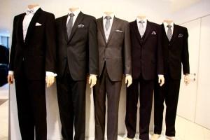 De assortiment van heren kleding van M&D Mode is selectief. U kunt bij ons terecht voor heren kostuums, colberts, pantalons en overhemden. Onze maatpakken kunnen naar u wens vermaakt worden, denk hierbij aan mouwen korter maken, pantalon korter of smaller maken.