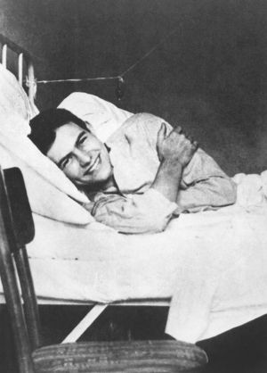 L' ecrivain Ernest Hemingway en convalescance a l'hopital de la Croix Rouge de Milan en juillet 1918. Il a ete blesse aux jambes lors d'une intervention en tant qu'ambulancier sur le front --- American writer Ernest Hemingway in the Red Cross Hospital in Milan, july 1918