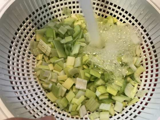 rinse dirt off the leek