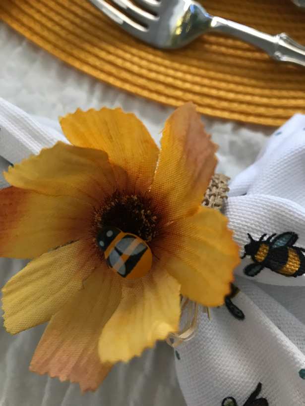 busy bee tablescape