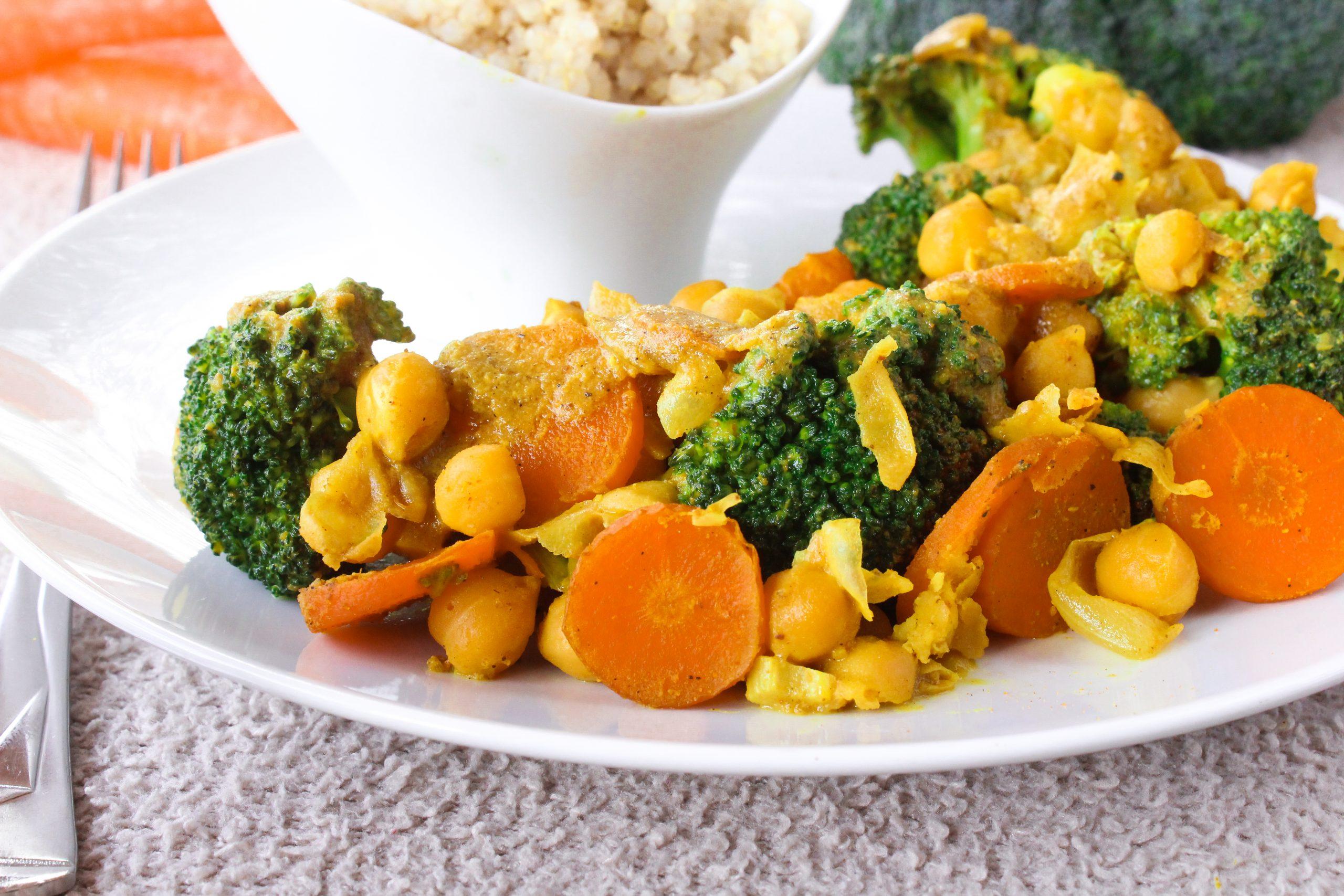 Caril de grão com cenoura e brócolos