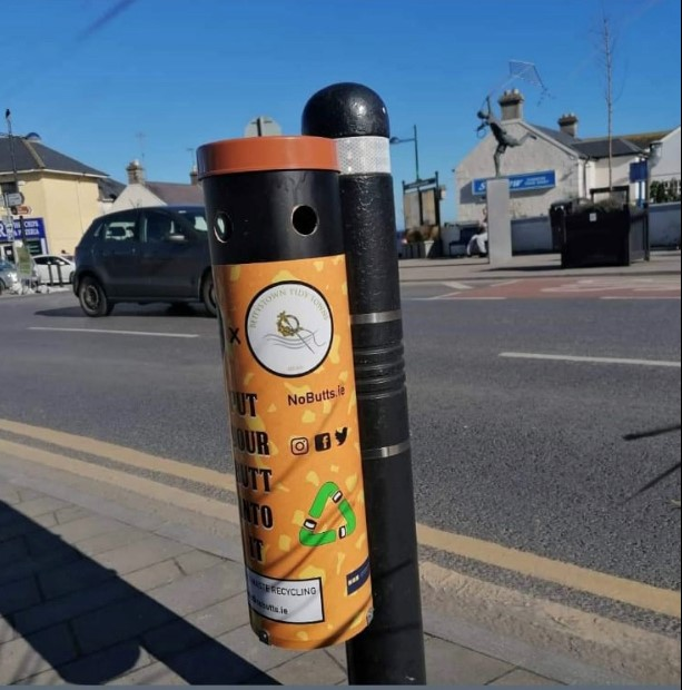 Cigarette butt collector installed on pole