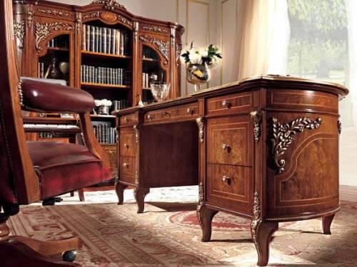 Письменный стол с кожаной вставкой столешницы