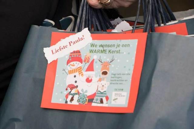 Kerstpakketten worden persoonlijk overhandigd