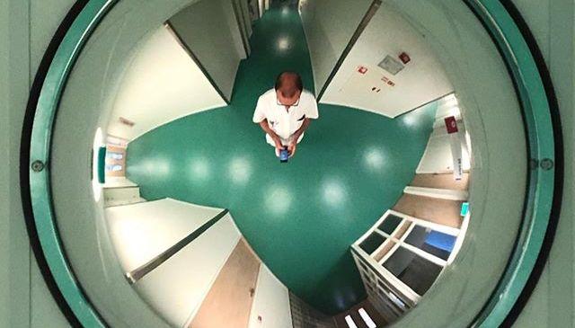 In een hal van het ziekenhuis
