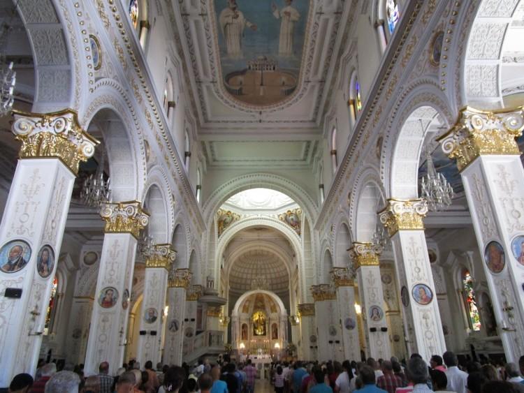 The central nave inside Iglesia Nuestra Señora del Rosario