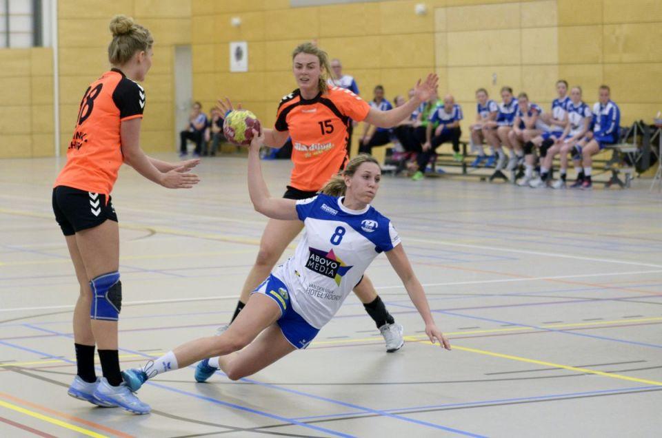 Foto: Thea Groen, de drie uitblinkster bij elkaar nr. 8 Britt Holster SEW, nr. 15 Lotte Prak topscore met 7 treffers voor VZV en nr. 18 Jane Kramer 5 doelpunten voor VZV.