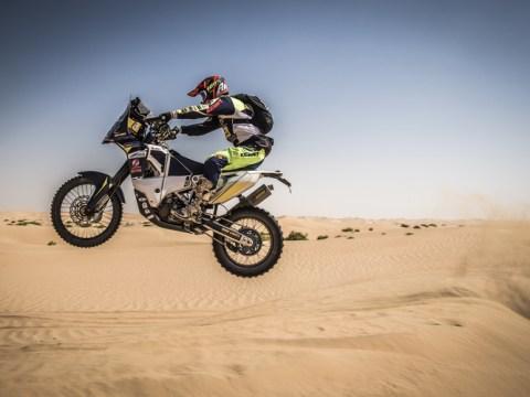 Marcel in actie in de woenstijn van Abu Dhabi. (Foto: Rallymaniacs, Marcel Vermeij)