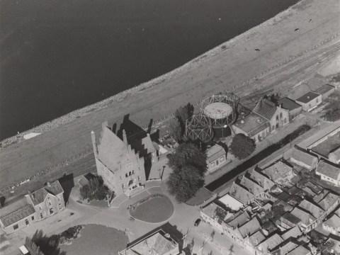 Het oude stadhuis van Medemblik (foto: KLM-Aerocarto)