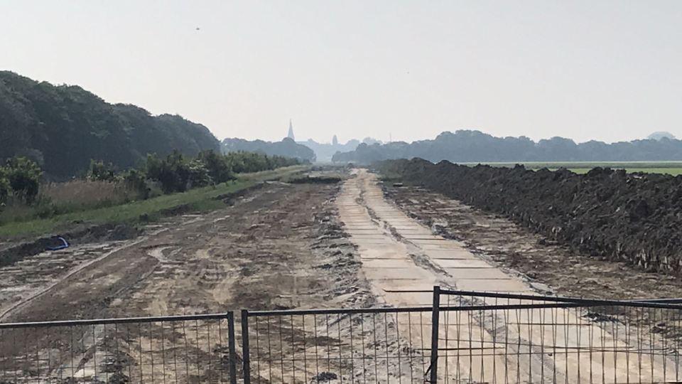Tijdens de afgravingen werd hier de brisantgranaat van 500 pond gevonden (Foto: NH Nieuws/Jurgen van den Bos)