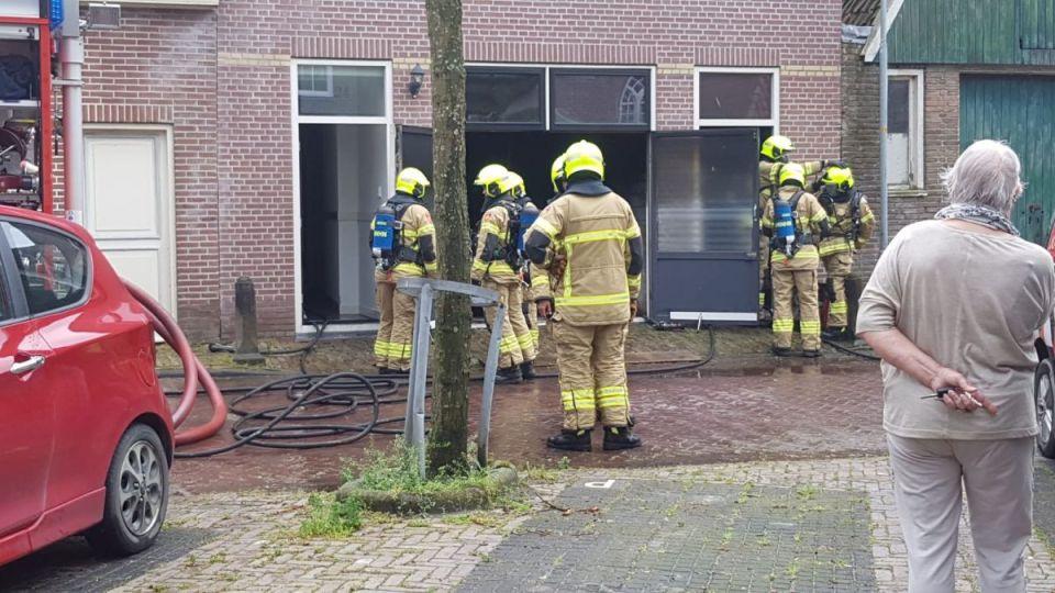De brandweer controleert de garagebox (Foto: Pretletter Media)