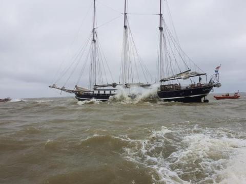 De vastgelopen driemaster op het IJsselmeer (Foto: KNRM Medemblik)