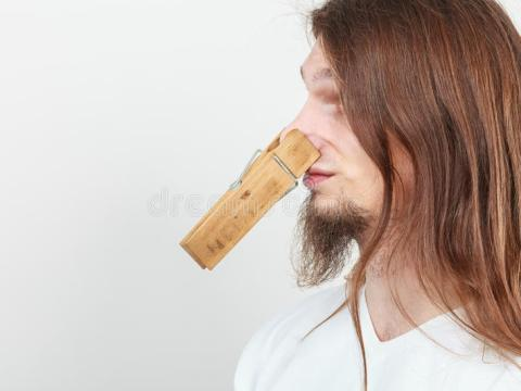 Een oplossings is om een wasknijper op je neus te zetetn (Foto: Can Stock Photo)