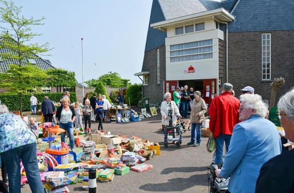 Wie nog spulletjes over heeft kan die doneren aan de voorjaarsmarkt in en rond De Kapel in Andijk. Zo wordt de markt een groot succes. (Foto: aangeleverd)