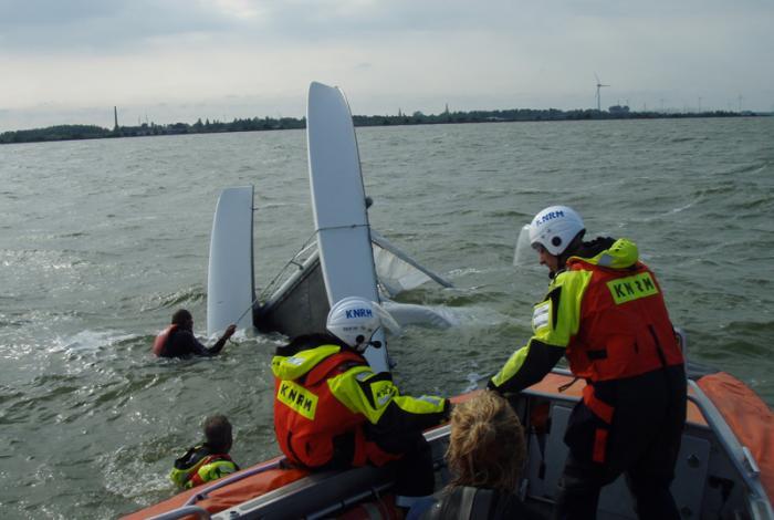 De omgeslagen catamaran (foto KNRM Medemblik)