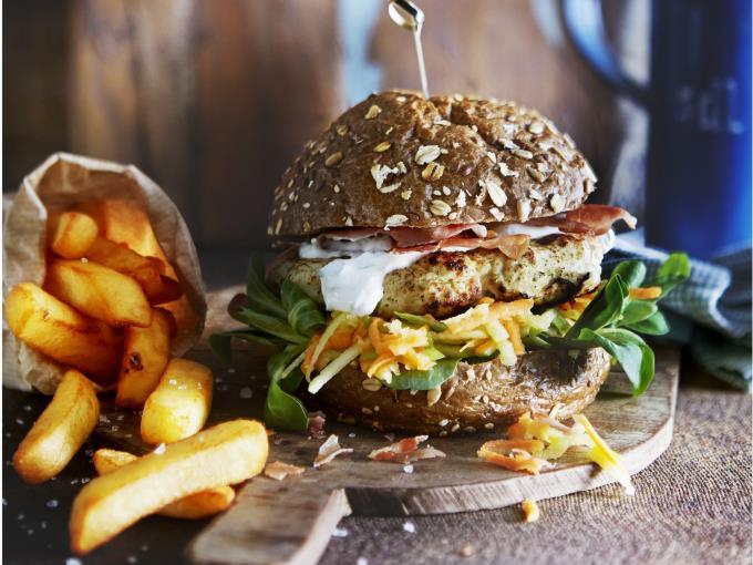 chickenburger met parmacrisp (Foto: DEEN Supermarkten)