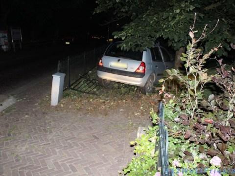 De Renault van de alcomobilist in de tuin van een huis aan het Oosteinde in Oostwoud (Foto: 112westfreisland/Wesley Boots)