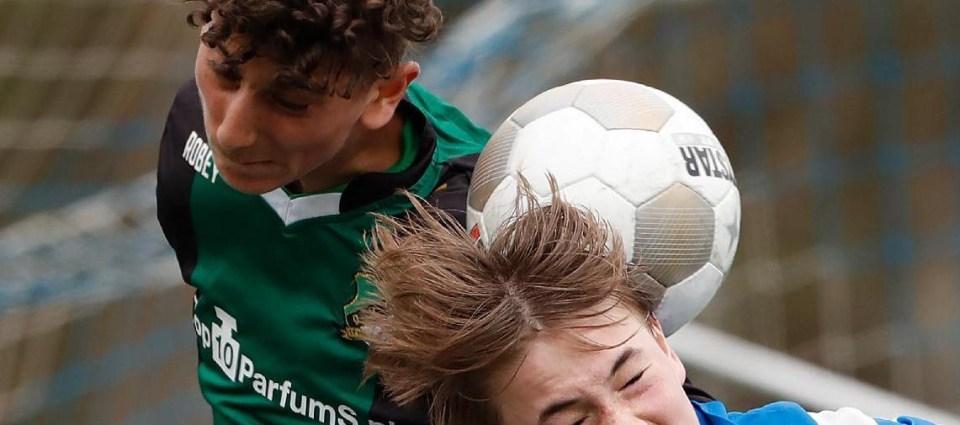 KNVB wil onderzoeken of koppen door de voetbaljeugd schade veroorzaakt aan de hersenen (Foto: KNVB)