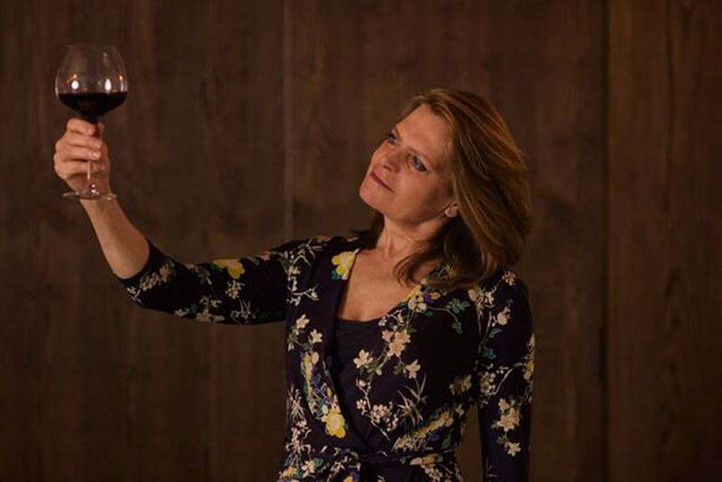 Caroline Cocheret heeft een bijzonder beroep. Zij is vinoloog en geeft wijncursussen door het gehele land.