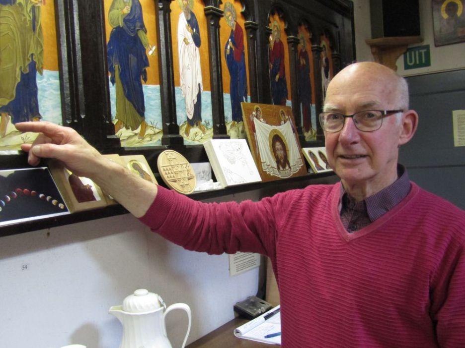 Foto: Simon Koopman bij een aantal iconen in zijn atelier.