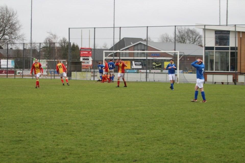 Jeroen Mol haalt opgelucht adem nadat Edwin Hoogland de bal klemvast heeft. (Foto: v.v. Strandvogels)