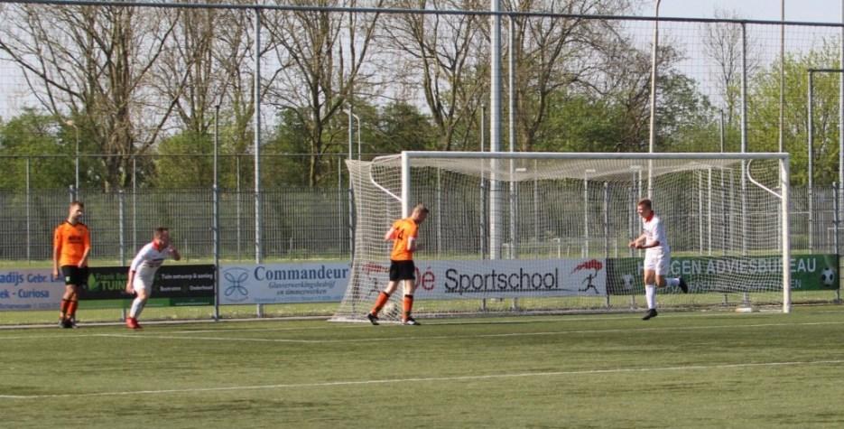 Eindelijk is de wedstrijd dan beslist, uitblinker Tim Broersen heeft 0-2 gemaakt en is op weg naar aangever Jordy Weel. (Foto: v.v. Strandvogels)