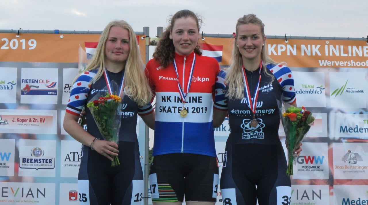 Beau Wagemaker op het hoogste plekje als de nieuwe Nederlands kampioen voor de nr. 2 Fleur Veen en de nr 3. Berber Vonk (Foto: Skeelernieuws.nl)