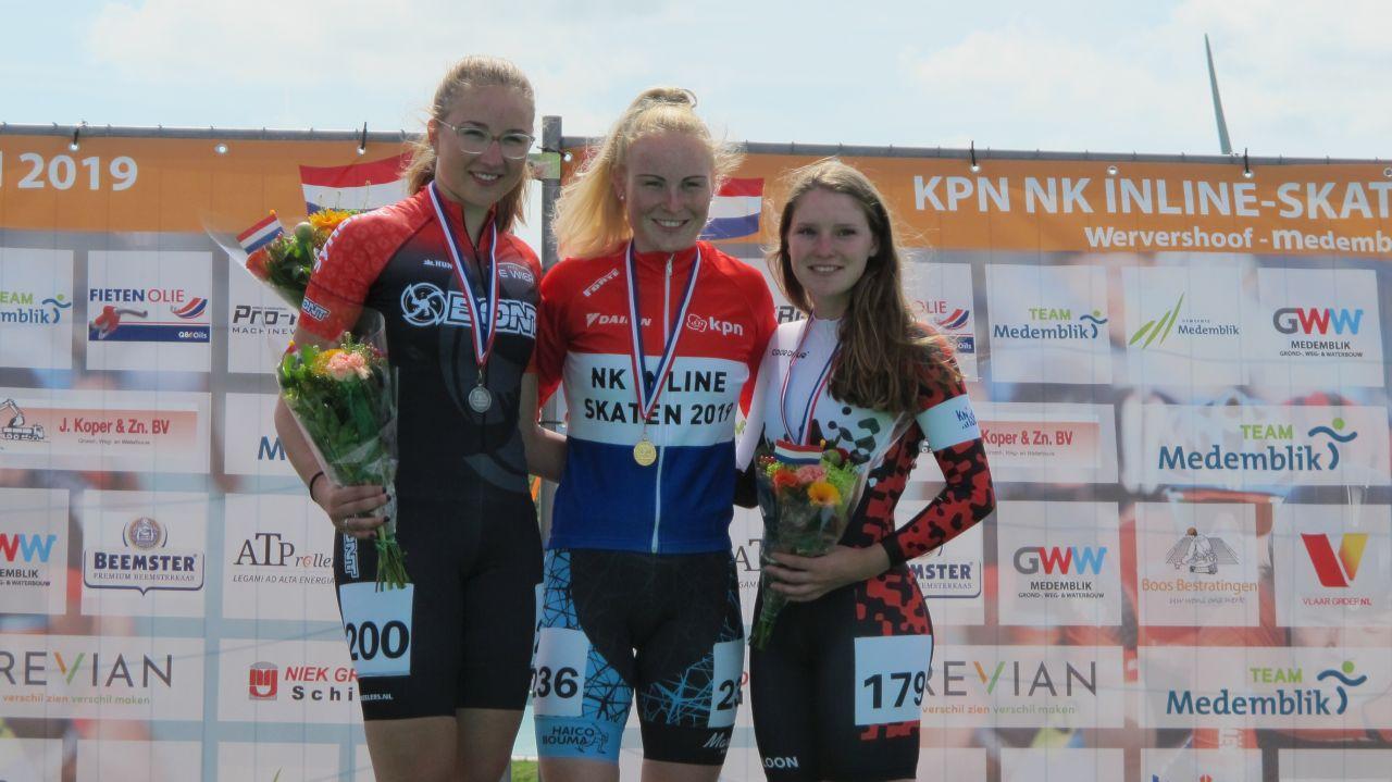 De nieuwe Nederlands kampioen Marijke Groenewoud geflankeerd door de nr. 2 Maya de Jong en de nr. 3 Lianne van Loon (Foto: Skeelernieuws.nl)