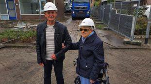 Wim Meijer en mevrouw Prins-Kruizinga mochten als eerste bewoners van de Randwijk het startschot voor de sloop van de woningen geven (Foto: HBP Media)