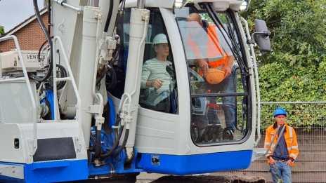 Waarna Wim Meijer in de grote kraan de sloop van de woningen startte (Foto: HBP Media)
